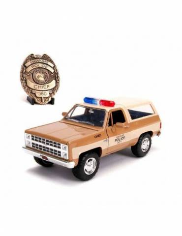 Réplica Vehículo Stranger Things: 1/24 Chief Hopper's 1980 Chevy K5 Blazer con Insignia